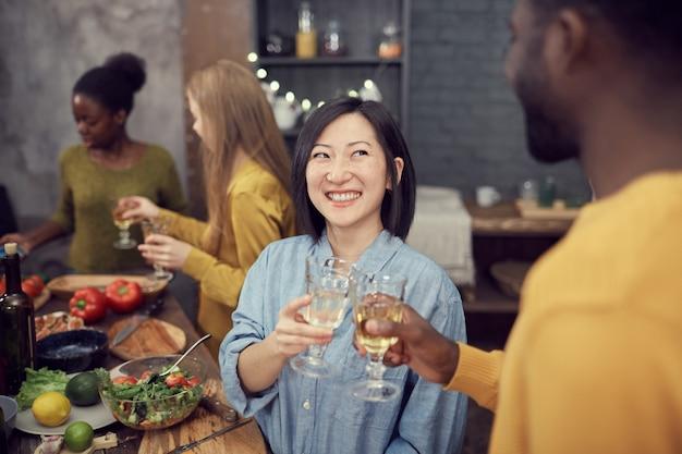 Azjatycka kobieta cieszy się obiadowego przyjęcia
