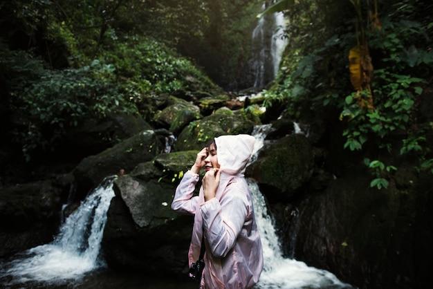 Azjatycka kobieta cieszy się plenerową wycieczkę