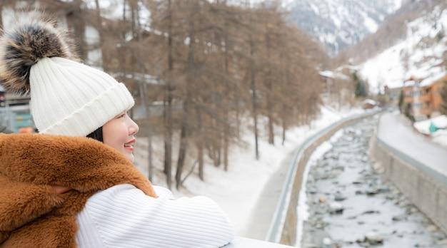 Azjatycka kobieta cieszy się zima krajobraz