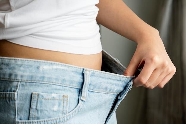 Azjatycka kobieta ciężaru strata i diety pojęcie