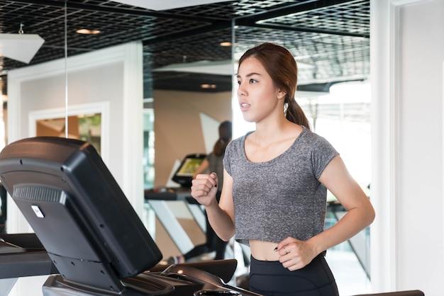 Azjatycka kobieta ćwiczy w gym