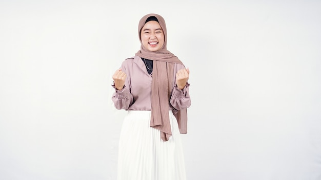Azjatycka kobieta hidżab czuje się sukcesem na białym tle
