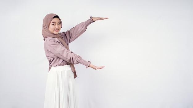 Azjatycka kobieta hidżab pokazująca puste boki na białym tle