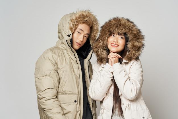 Azjatycka kobieta i mężczyzna na jaskrawym kolorze pozuje modelują wpólnie