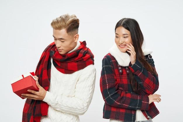 Azjatycka kobieta i mężczyzna na jaskrawym kolorze