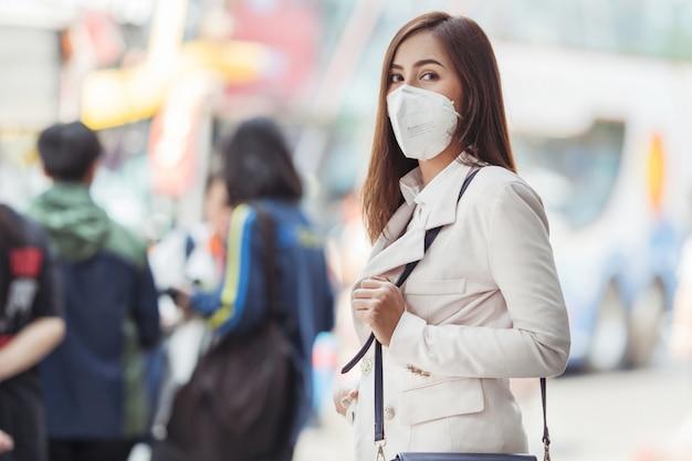 Azjatycka kobieta idzie do pracy