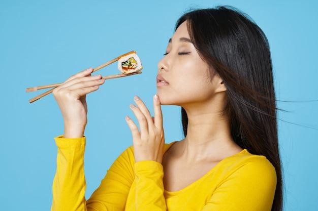 Azjatycka kobieta je suszi