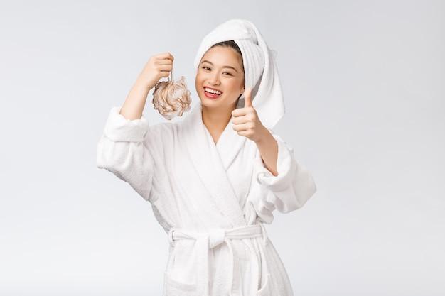 Azjatycka kobieta jest szczęśliwa z prysznic studia pojęciem