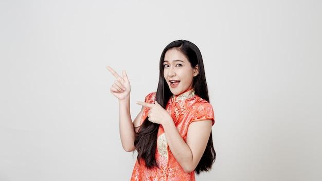 Azjatycka kobieta jest ubranym chińską tradycyjną suknię