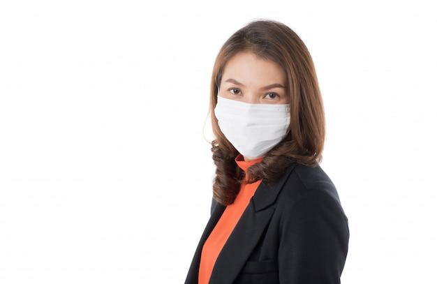 Azjatycka kobieta jest ubranym chirurgicznie maskę