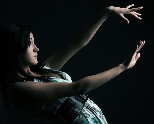 Azjatycka kobieta jest ubranym piękną modę ubiera