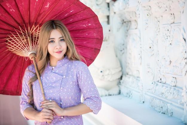 Azjatycka kobieta jest ubranym tradycyjnego tajlandzkiego kultury lanna styl, rocznika styl, chaingmai tajlandia