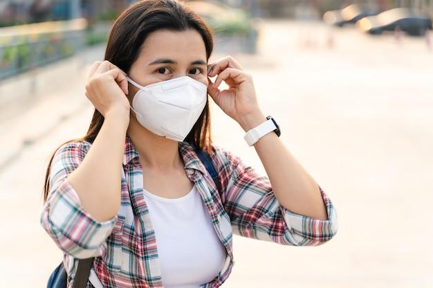 Azjatycka kobieta jest ubranym twarzy maskę w celu ochrony wirusa. koncepcja koronawirusa covid-19.