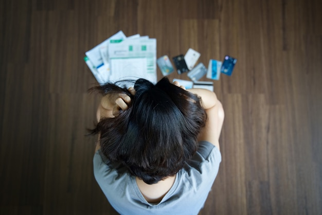 Azjatycka kobieta ma stres od kredytowej karty długu.