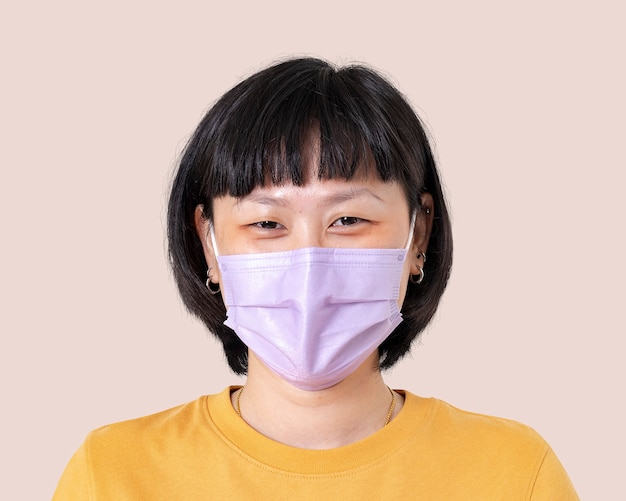Azjatycka kobieta makieta psd nosząca maskę na twarz w nowej normie