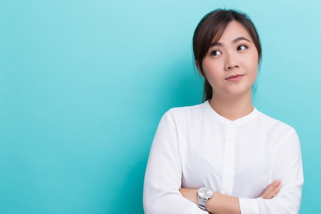 Azjatycka kobieta myśli
