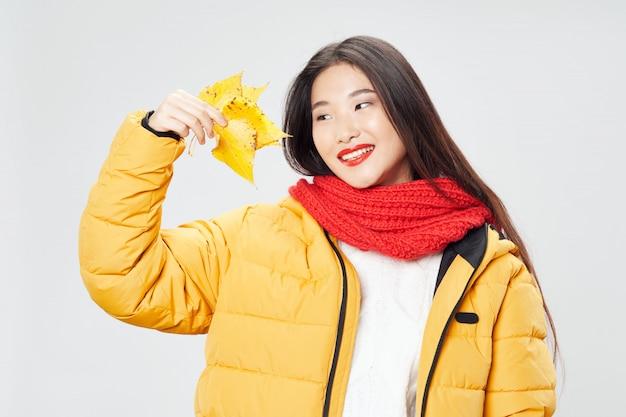 Azjatycka kobieta na jaskrawym colorposing modelu