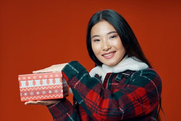 Azjatycka kobieta na jaskrawym koloru pozuje modelu