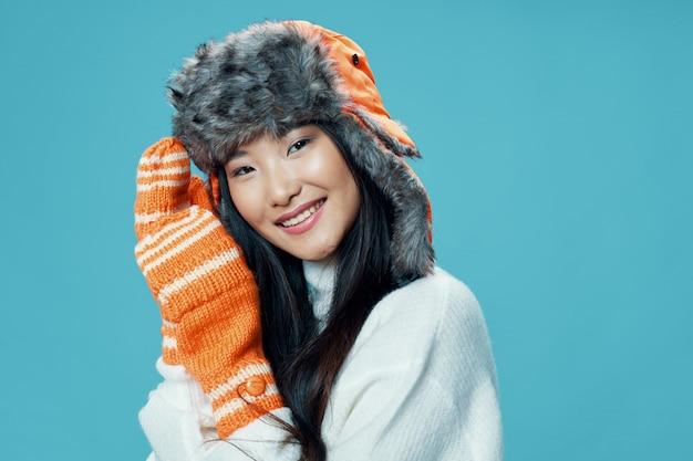 Azjatycka kobieta na jaskrawym koloru tła pozuje modelu