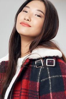 Azjatycka kobieta na jaskrawym kolorze