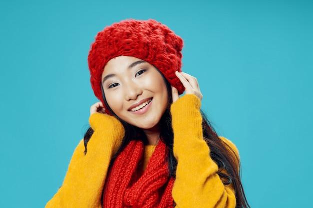 Azjatycka kobieta na jaskrawym pozuje modelu