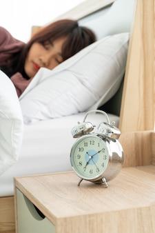 Azjatycka kobieta na łóżku i budzi się rano