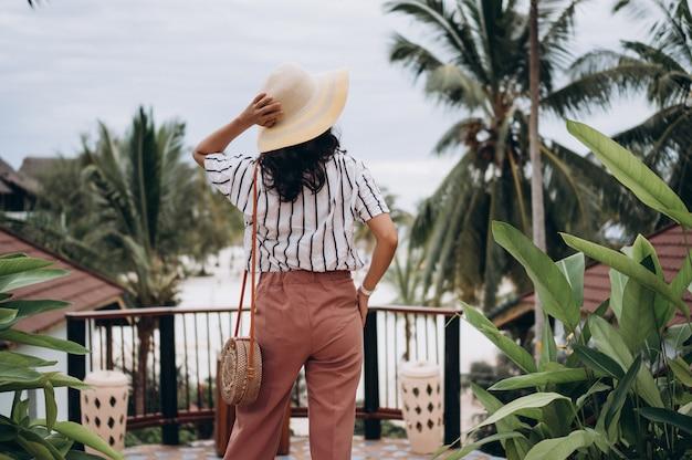 Azjatycka kobieta na wakacje plażą