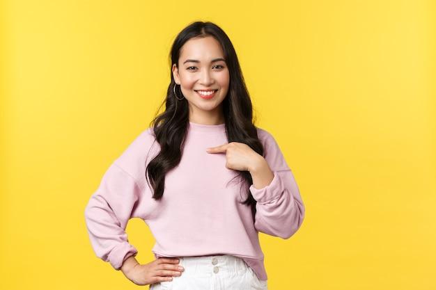 Azjatycka kobieta na żółtym tle.