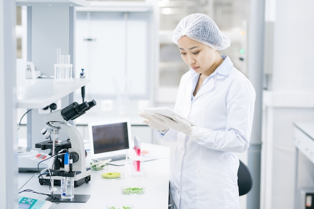 Azjatycka kobieta naukowiec w laboratorium