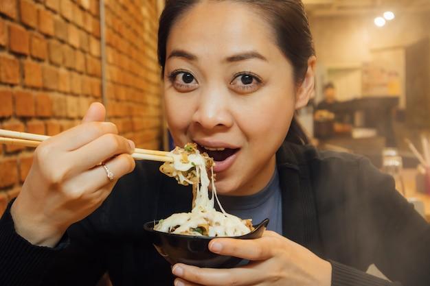 Azjatycka kobieta obiad w stylu shabu na zimę.