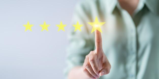 Azjatycka kobieta oceniająca koncepcję pięciu gwiazdek