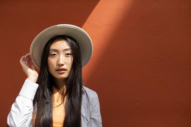 Azjatycka kobieta podróżująca w lokalnym miejscu