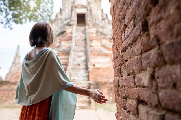 Azjatycka kobieta podróżująca w świątyni wat chaiwatthanaram ayutthaya