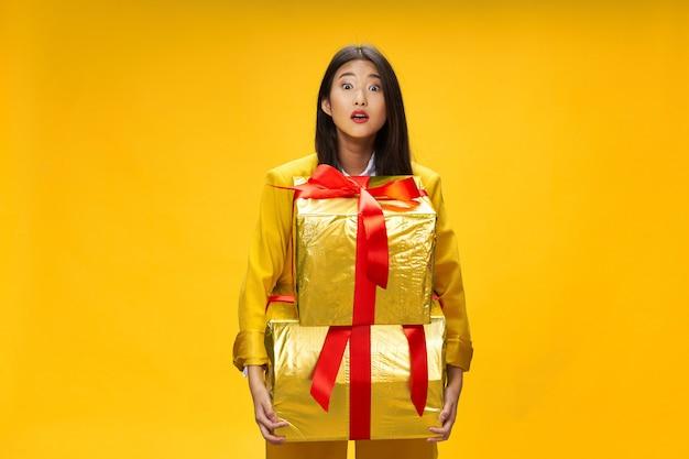 Azjatycka kobieta podróżuje z walizką w dłoniach, wakacje,