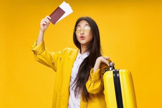 Azjatycka kobieta podróżuje z walizką w jej rękach, wakacje