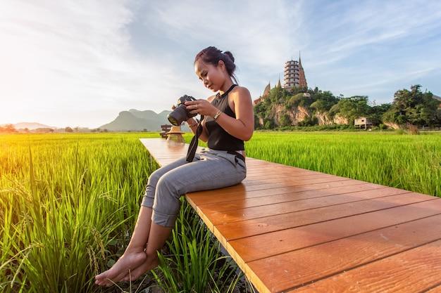 Azjatycka kobieta podróżuje zrobić zdjęcie i cieszyć się w wat tham suea