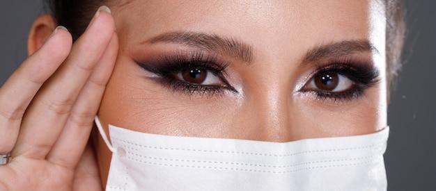 Azjatycka kobieta portret z tyłu widok z tyłu włączyć 360 ochronną maskę na twarz
