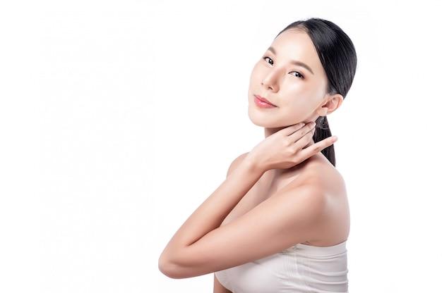Azjatycka kobieta pozuje na bielu