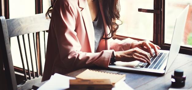 Azjatycka kobieta pracująca krótkopęd