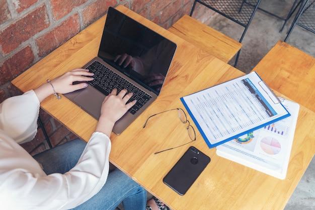 Azjatycka kobieta pracująca w domu przy użyciu laptopa