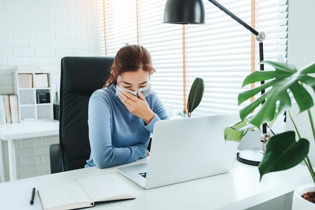 Azjatycka Kobieta Pracuje Od Domowego Używa Komputeru Premium Zdjęcia