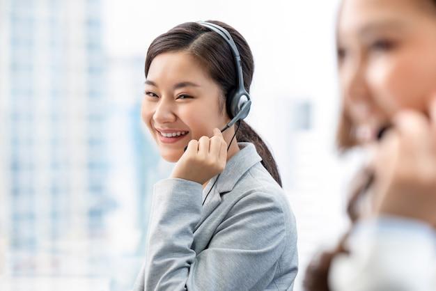 Azjatycka kobieta pracuje w centrum telefonicznego biurze