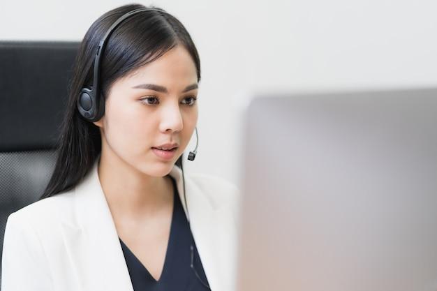 Azjatycka kobieta pracuje w centrum telefonicznym