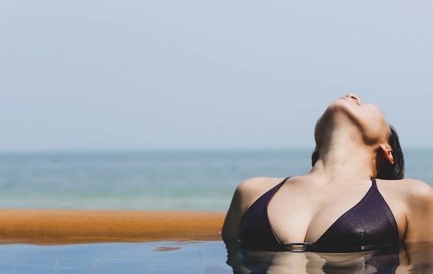 Azjatycka kobieta relaksuje w bikini w tajlandia