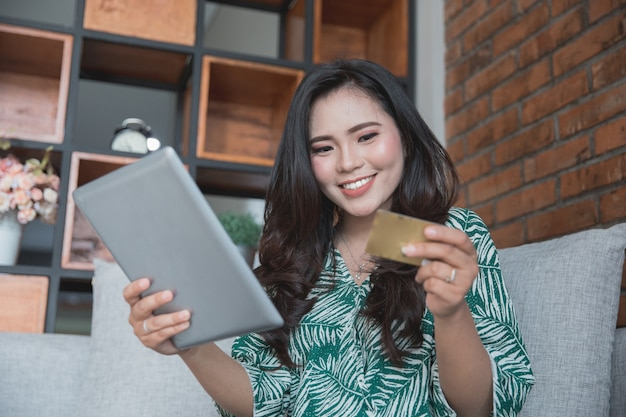 Azjatycka kobieta robi zakupy online