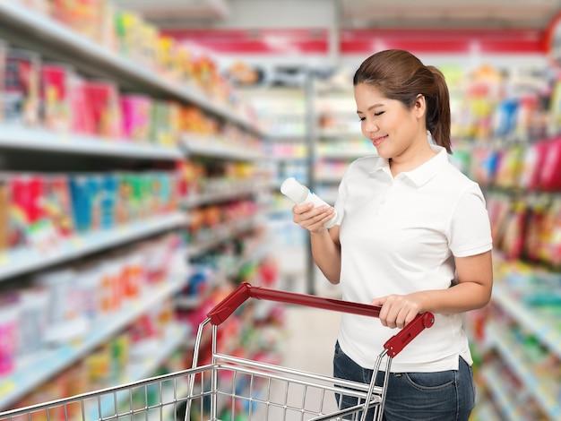 Azjatycka kobieta robi zakupy w supermarkecie