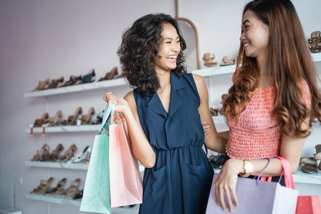 Azjatycka kobieta robi zakupy z przyjacielem