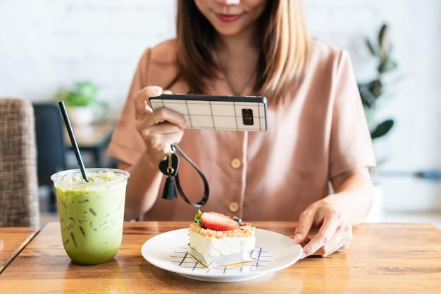 Azjatycka kobieta robi zdjęcie ciasta