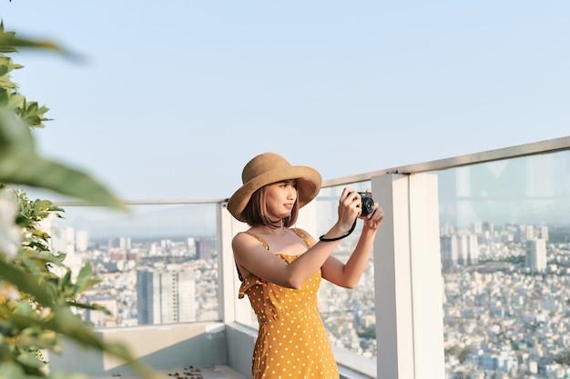Azjatycka kobieta robi zdjęcie profesjonalnym aparatem