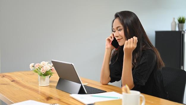 Azjatycka kobieta rozmawia przez telefon